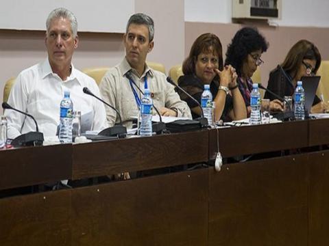 Miguel Díaz-Canel asiste a la Comisión de Atención a los Servicios en la segunda jornada del trabajo de las comisiones permanentes de la Asamblea Nacional. Foto: Irene Pérez/ Cubadebate.