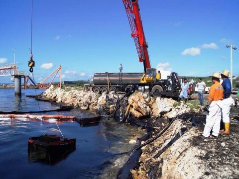 Evalúan daños del derrame de petróleo en la bahía de Matanzas