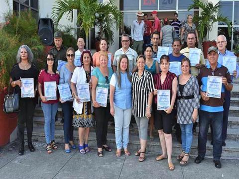 Una representación de todos los galardonados a punto de celebrarse en Villa Clara el acto nacional por el Día Mundial del Medio Ambiente. (Foto: Carlos Rodríguez Torres)