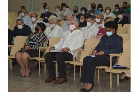 Presidente de Cuba participa en clausura de taller científico