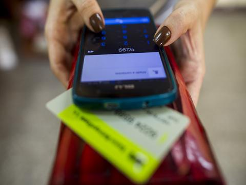 Para hacer uso del servicio el cliente debe poseer una tarjeta de TELEBANCA, una cuenta soportada en tarjeta magnética emitida por el Banco Metropolitano y un sistema operativo Android, para la instalación de la aplicación Transefermóvil (Fernando Medina)